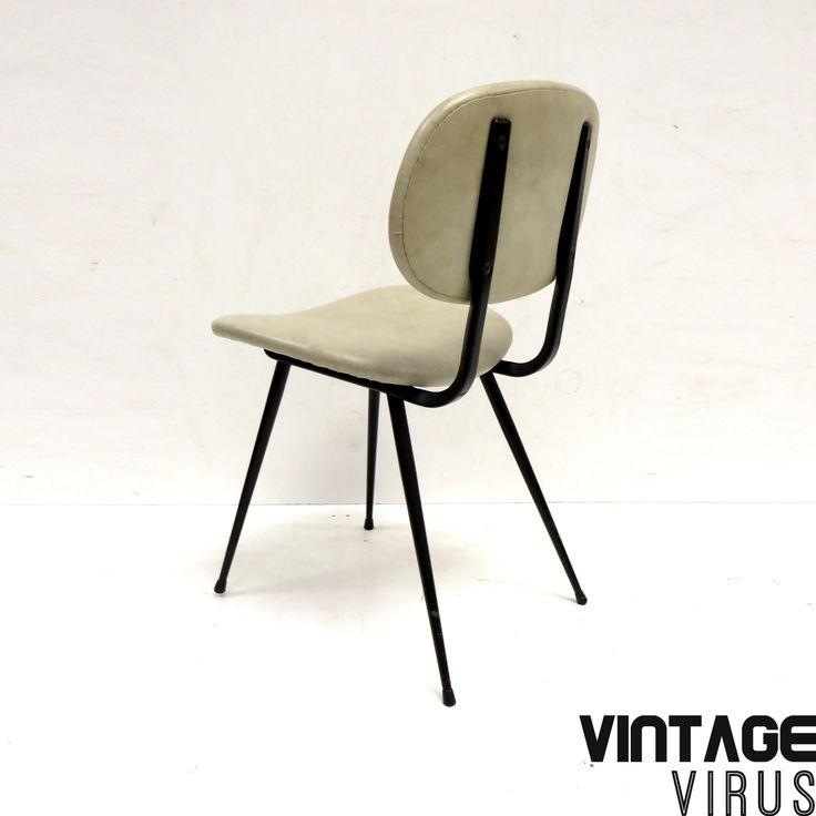 Set van 3 vintage stoelen van Brabantia met zwart metalen frame gemaakt in de jaren '60. De prijs is voor de set van 3 stoelen.  Afmetingen: Hoogte rugleuning: 79,5 cm Hoogte zitting: 46 cm Breedte zitting: 44 cm Diepte zitting: 40 cm