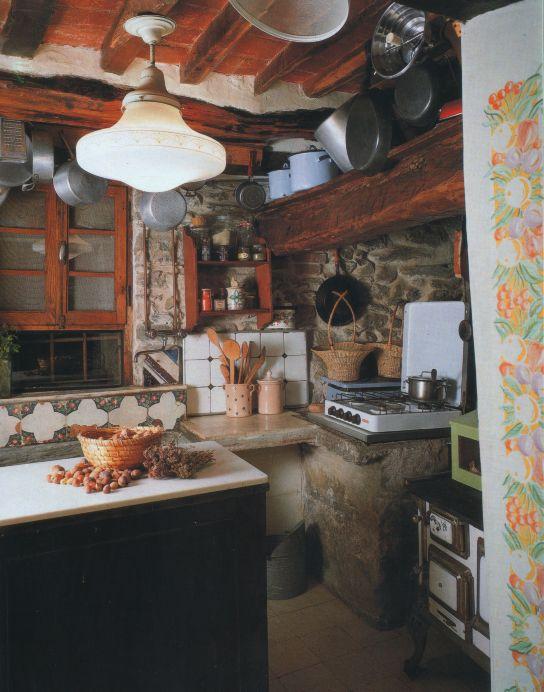 ... Travi a vista, pareti in pietra, piani in marmo e piastrelle decorate