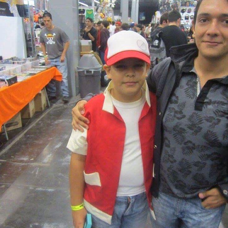 NOMBRE-- #concomics artistas 2015 Guadalajara México  COMENTARIO-- #uneteanintendo con El Niño que Hiso cosplay de entrenador pokémon y #sucosplayesgenial  Pero #lomiolomioeselcosplay cuando el  entrenador pokémon quiere capturar a los pokemones  También para seguir celebrando los #20anosdepokemon  Y por eso.... #elfuturodelcosplayeshoy  #elfuturodepokemoneshoy  #elfuturodenintendoeshoy  Y su #proyectoentrenadorpokemonquiereatraparatodolosppkemon  Y su lista hashtag relacionado a entrenador…