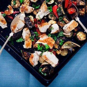 5:2 Kyckling med ugnsbakade medelhavsgrönsaker - Recept - Tasteline.com