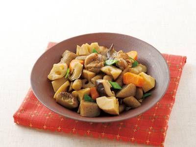 白井 操さんの鶏もも肉を使った「筑前煮」のレシピページです。野菜もたっぷり、食べごたえのある煮物です。ご飯のおかずにはもちろん、冷めてもおいしいのでお弁当にも重宝。 材料: 鶏もも肉、干ししいたけ、れんこん、ごぼう、ゆでたけのこ、にんじん、こんにゃく、絹さや、A、B、酒、塩、しょうゆ、サラダ油