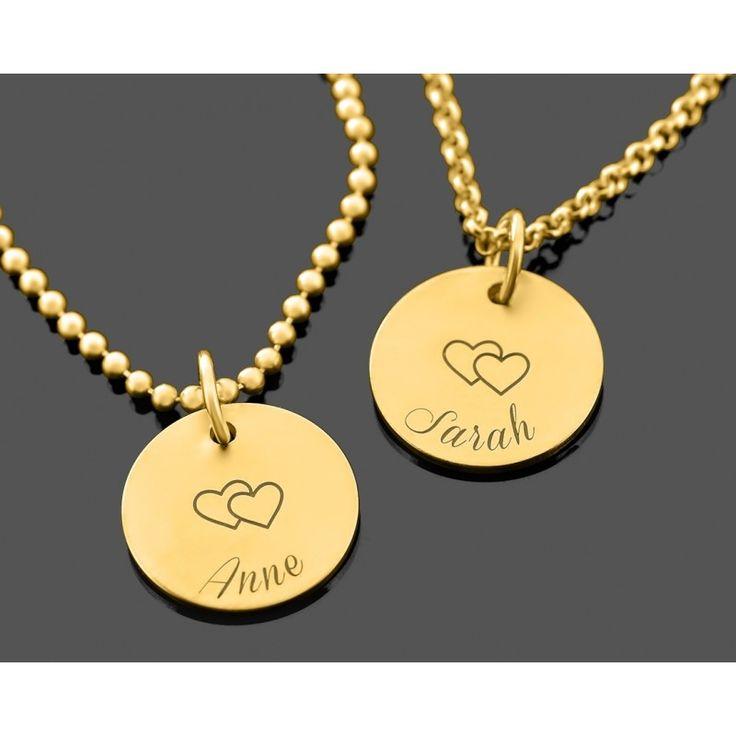 Zwei wunderschöne Ketten aus 925 Sterling Silber mit Gravurplättchen. Auf jedem Plättchen kann Ihr Wunschname bzw. Wunschtext und Wunschmotiv graviert werden. Dieses Schmuckstück ist eine schöne Geschenkidee zur Geburt, als Zwillingsschmuck, als Mutter Tochter Schmuck oder als Partnerschmuck etc. Das komplette Schmuckstück wird in Juwelierqualität hochwertig vergoldet.