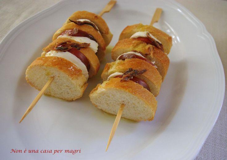 Oggi non ho voglia di cucinare…..Preparerò questi spiedini di pane, mozzarella, pomodoro e salsa all'acciuga http://blog.giallozafferano.it/noneunacasapermagri/spiedini-di-pane/