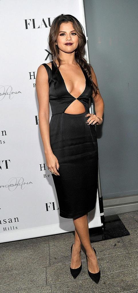SELENA GÓMEZ  En un vestido negro de prominente escote y cutouts de la colección Resort 2014 de Cushnie Et Ochs, la cantante lució súper sex...
