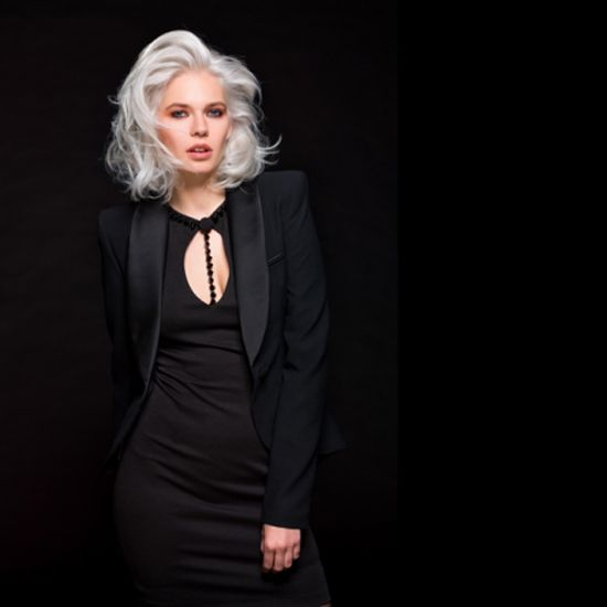 Quest'anno, i capelli bianchi o grigi vanno di moda. Mentre fino a pochi anni fa questi colori erano riservati alle donne di una certa età, sono sempre di più le donne giovani a...