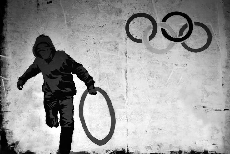 Forse non tutti sanno che i colori della bandiera con i cinque cerchi, uno dei simboli ufficiali delle Olimpiadi moderne, sono stati scelti accuratamente. Infatti Pierre de Coubertin disegnò personalmente la bandiera e scelse l'azzurro, giallo, nero, verde, rosa, più il bianco dello sfondo, perché all'epoca erano i colori utilizzati in tutte le bandiere del mondo. In questo modo la bandiera olimpica rappresenta tutte le nazioni della Terra.