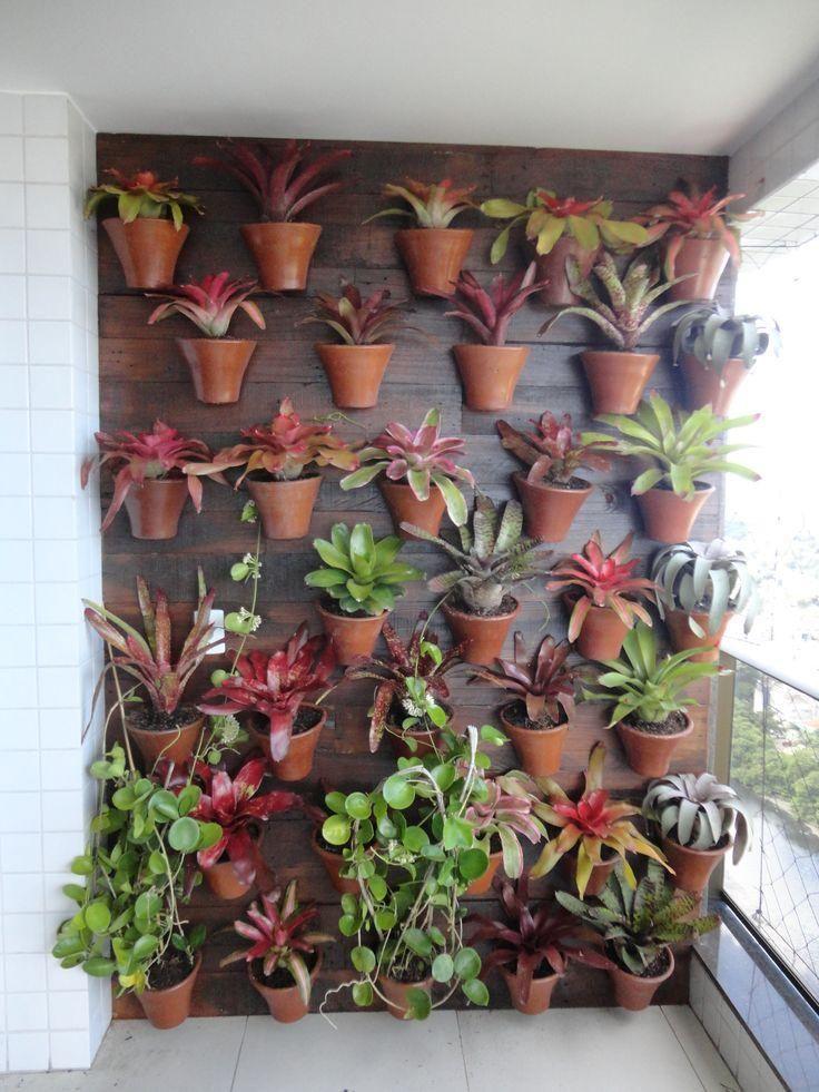 Mora em apartamento? Que tal se inspirar nesses jardins verticais, além de fácil manutenção, dão aquele toque especial na casas.
