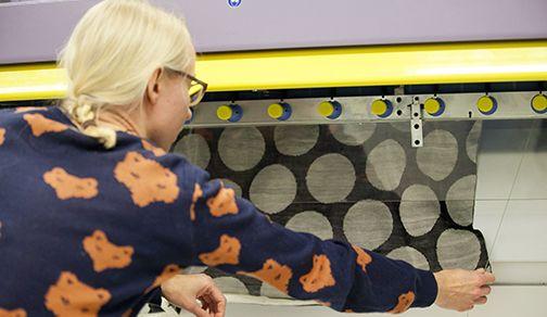 Langan värjäyksestä ja mekon neulomisesta vastasi tekstiilitaiteen maisteriopiskelija Marjaana Tanttu Aalto-yliopiston taiteiden ja suunnitt...