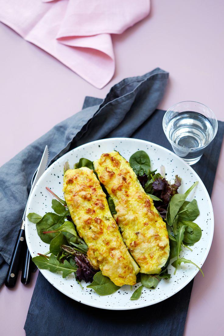 Zucchini innehåller få kolhydrater och är perfekt att toppa med olika sorters fyllningar - här med den klassiska kombinationen av kyckling och curry.