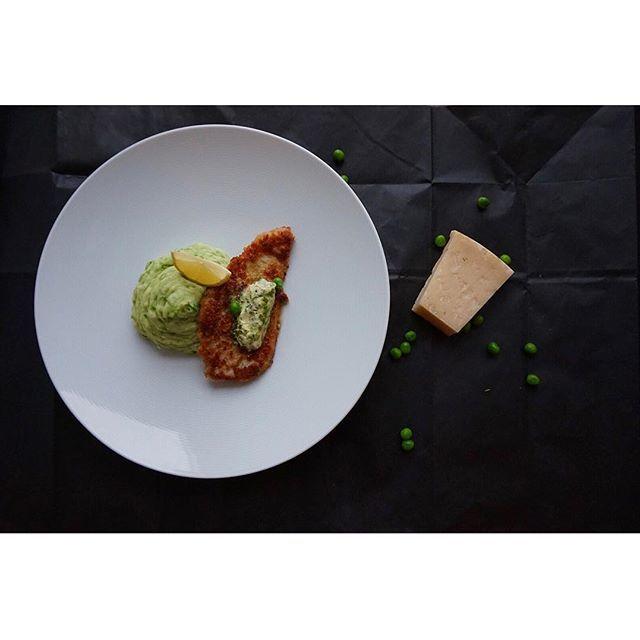 Parmesanpanerad kyckling med ärt- och potatismos samt ett syrligt örtsmör 😋👏🏽 Recept finns på blogg, länk i profil! Ha en fortsatt fin söndag 🤗 #sverigesmästerkock #sverigesmästerkock2017 MyRecipe ärtor potatis mos panerad parmesan ost