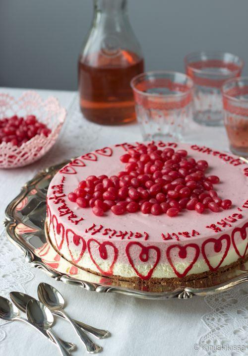 Mansikkaherkkis on yhdistelmä raikasta marjaa ja suloista suklaata. Tämän kakun tein tilauksesta kaverilleni, joka halusi antaa sen miehelleen 40-vuotislahjana. Teemaksi sovimme romanttisesti rakkauden. ♥ Kakusta saa henkilökohtaisen, kun sen päälle tekstaa säkeitä parille tärkeästä tai ystävyyttä kuvaavasta runosta tai kappaleesta. Tähän on otettu pätkä Finlandersin kappaleesta Oikeesti. Pursotellessa tuli mieleen, että kaunis lopputulos syntyisi niinkin, […]