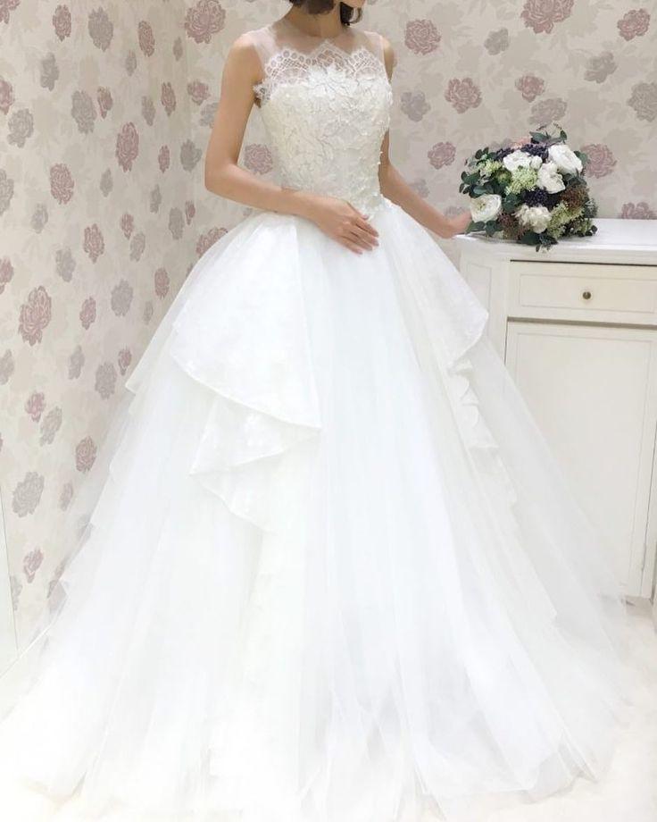 INES DI SANTO(イネス ディ サント)は女性デザイナーならではのロマンティックで繊細なデザインが特徴です これだけボリューミーなスカートなのに着心地は軽やか イリュージョンレースでデコルテに繊細なレースが施され上品な一着です  提携外の結婚式場へのお貸し出しも可能です 結婚式場が決定していない方も着たいドレスから会場を選ぶ相談も承っています  DRESS:03-20077 EARRINGS:07-8604 TIARA:06-8009  <お問い合わせ> dresses@dressthelife.jp 0120-791-249  その他のコーディネートはTOPのURLよりご覧ください  #JUNO#ジュノ#イネスディサント#結婚式#プレ花嫁#ドレス迷子#熊本#福岡#東京#日本中のプレ花嫁さんと繋がりたい#卒花嫁 #卒花 #披露宴 #関西花嫁 #福岡花嫁 #大阪花嫁 #関東花嫁 #横浜花嫁 #熊本花嫁 #福岡プレ花嫁 #2017秋婚 #2017冬婚 #2018春婚 #2018夏婚 #可愛い#Aライン#レース#ウェディングドレス#ブライダル