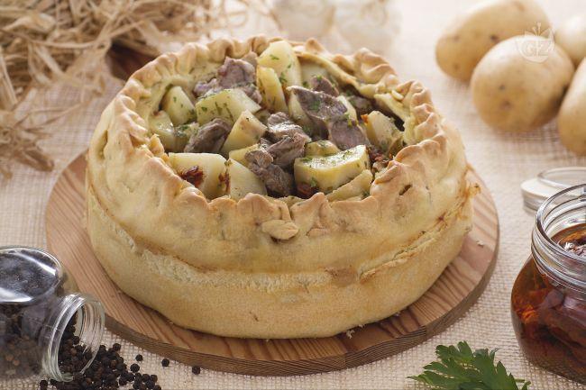 La Panada è un piatto unico della tradizione gastronomica sarda, un involucro di pasta che racchiude un ripieno a base di agnello, patate e aromi.