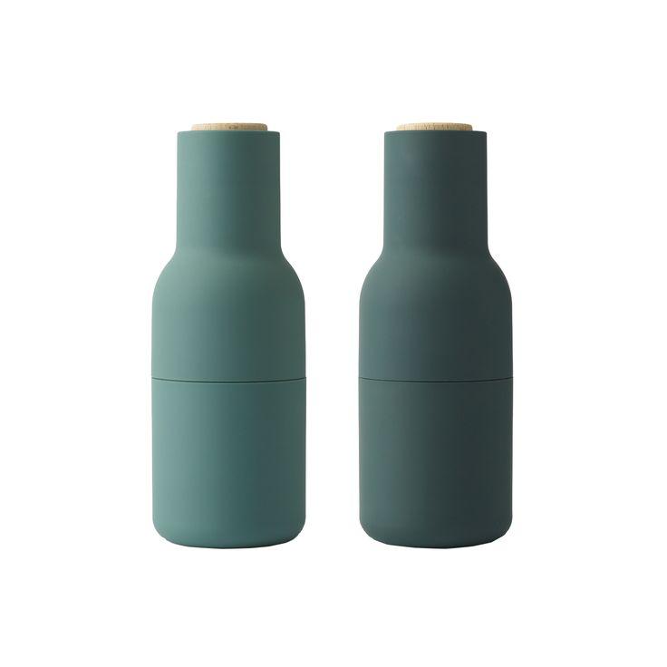 Bottle grinder fra Menu, designet av Norm Architects. En keramisk krydderkvern i mørkegrønt med deta...