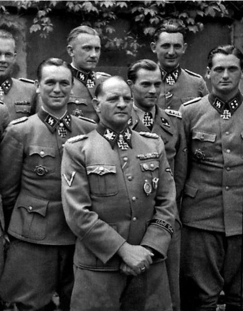 Sepp Dietrich (mitte) im Kreise seiner Ritterkreuzträger. Von links: Kurt Meyer, Theodor Wisch, Hugo Kraas (halb verdeckt), Albert Frey und Hermann Weiser.