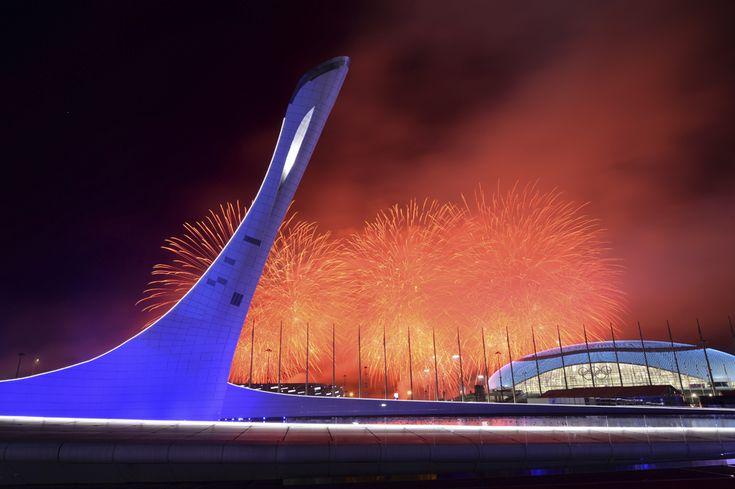 Artificii explodează în spatele Cazanului Flăcării Olimpice, după ce aceasta a fost stinsă, la finalul ceremoniei de închidere a Jocurilor Olimpice de Iarnă, in Soci, Rusia, duminică, 23 februarie 2014. (  Yuri Kadobnov / AFP  ) - See more at: http://zoom.mediafax.ro/sport/soci-2014-partea-ii-12137972#sthash.cpZ4Mi5L.dpuf