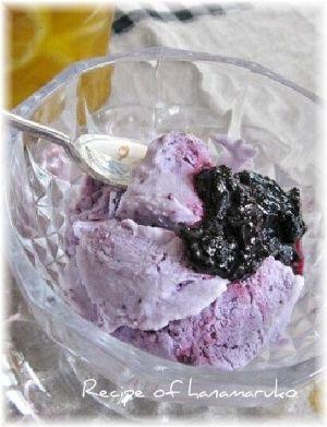 「ブルーベリージャムと牛乳で!手作りアイスクリーム☆」ブルーベリージャムと牛乳、生クリームを混ぜたアイスクリームです。出来上がりのアイスにも、ベリージャムのトッピングをしました。【楽天レシピ】