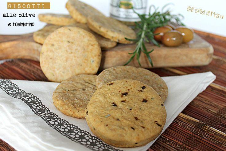 Biscotti salati alle olive e rosmarino, degli snacks saporiti da sgranocchiare per merenda o da presentare in un aperitivo.