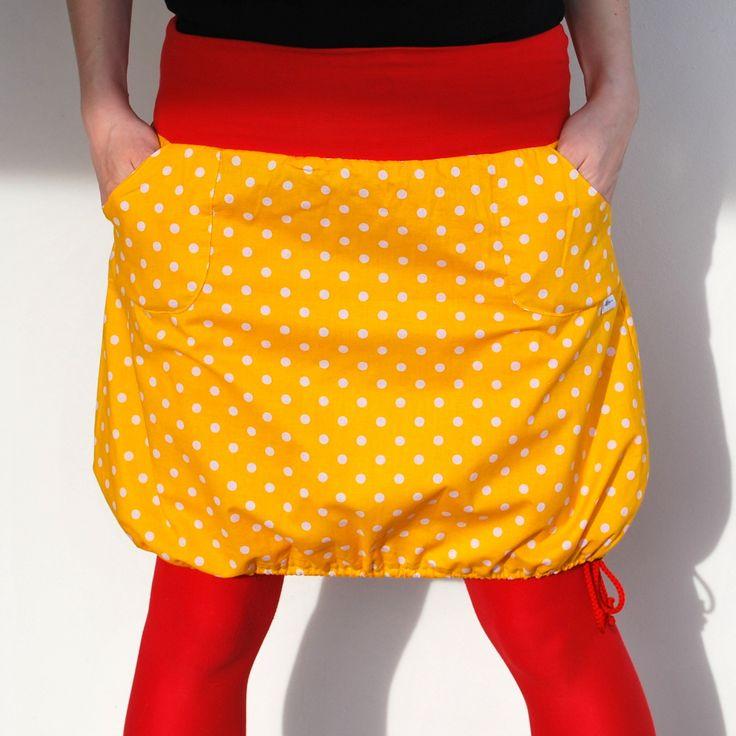 Puntíčkatá do balónku i do áčka Krátká sukně z krásné bavlněné, žluté, puntíčkaté látky, ušita dle vlastního návrhu. Sukně má pružný pas ušitý z červeného úpletu. Sukně má dvě kapsy ozdobené logem. Dole na sukni je navlečená šňůrka, kterou můžete libovolně stahovat, nebo ji úplně povolit a mít sukni do áčka. Vše je začištěno na overlocku černou ...