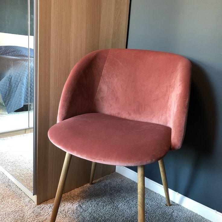 Deilig når soverommet føles som et hotellrom  Elsker stolene fra @sostrenegrene! Og helt forelska i «Oslo» fra @jotunlady /// love it when the bedroom gives you that hotel feeling ♀️ #bedroom #hotelfeeling #hotelbedroom #walltowallcarpet #carpet #søstrenegrene #velvet #pinkvelvet #oslo #osloblue #jotunoslo #ikeapax #ikea #fløyel #velvetchair #rosafløyel #bedroominspo #bedroomdecor #loveourbedroom #newhouse #soveromsinspirasjon #soverom #soveromsinspo