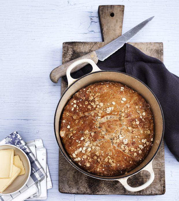 Bag et rigtig lækkert brød i gryde helt uden at ælte, det er så nemt og resultatet er fantastisk. Få opskriften på verdens bedste grydebrød lige her.