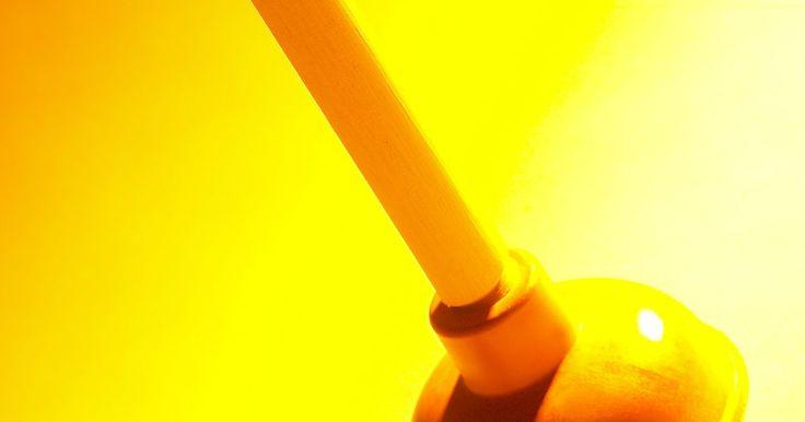 Como limpar canos entupidos e remover soda cáustica sólida. Um cano entupido é inconveniente e pode resultar em uma bagunça, mas geralmente é de rápido conserto. Cabelo e espuma de sabão podem formar uma obstrução que impede a água de fluir através do cano adequadamente. A obstrução se torna autoperpétua enquanto aumenta, pois também impede outros detritos de ultrapassarem, e esses detritos unem-se à ...