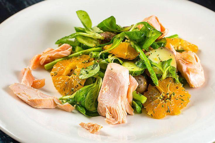 Салат с лососем, мандаринами и молодой спаржей