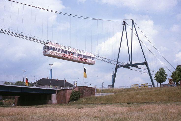 1975 Mannheim - Der Mannheimer Aerobus. Zur Bundesgartenschau 1975 in Mannheim wurde zwischen den beiden Ausstellungsteilen Luisenpark und Herzogenriedpark eine 2,8 Km lange Strecke errichtet. Die Strecke wurde nur während dieser Ausstellung befahren und nach Beendigung der Betriebserlaubnis 1976 bis auf ein 600 Meter langes Teilstück abgebaut. Es diente als einbahnige Versuchsstrecke. 1979 wurde der nichtöffentliche Testbetrieb eingestellt und 1987 komplett demontiert und verschrottet. ☺