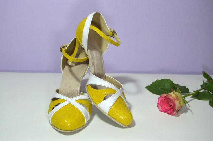 Žluté svatební boty, žlté svadobné topánky, Yelow bridal shoes, T-styl, model Natalie a kombinace bílé a žluté. Exkluzívní pravá kůže brokát, real leather. Navrhni a uprav si topánky podľa seba.