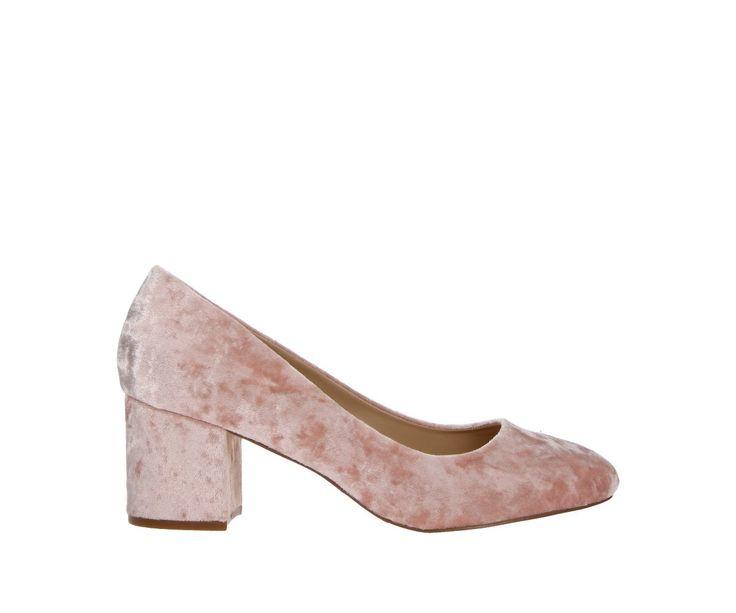 Pink velvet is helemaal hot deze zomer. Met deze roze pumps ben je helemaal mee met de laatste trend! Beschikbaar in grote maten. Ontdek ze hier snel!