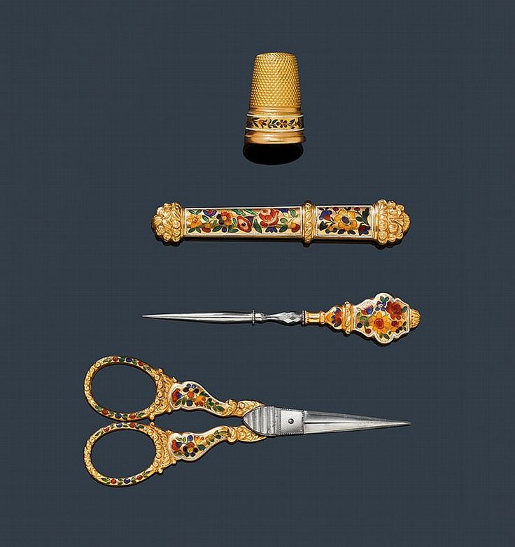 ENAMEL AND GOLD SEWING SET WITH CASE, France, ca. 1820.Gold and silverSlightly convex case with damascene ornamentation in pink gold. Inside, 4 sewing tools...
