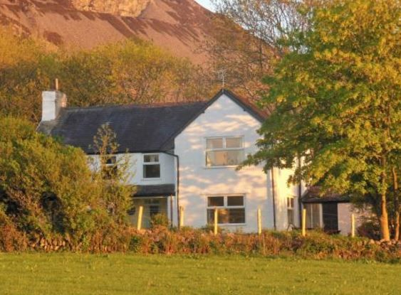 www.theholidaycottages.co.uk, Tal Eryr, Clynnogsawr, Caernarfon, Gwynedd, Wales. Holiday. Travel. Dog Friendly. Llyn Peninsula. Countryside. Farmland. Garden. Coast. Beach. Sleeps 1 - 14.