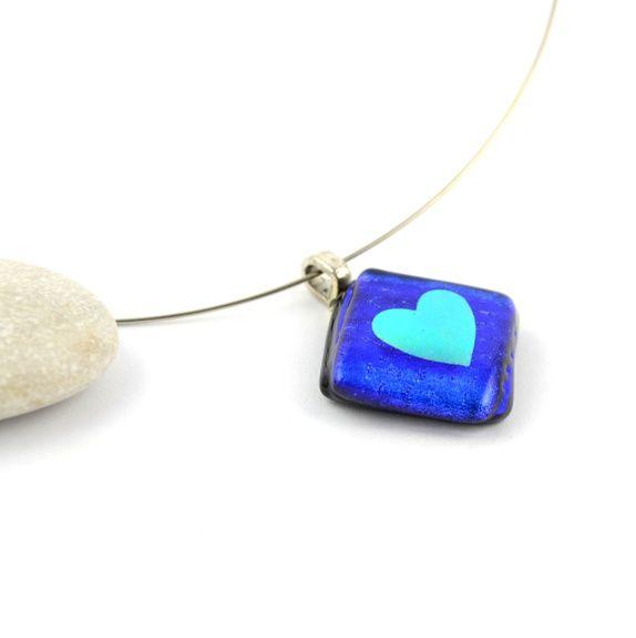 Blått halssmykke av dichroic glass, med hjerte.