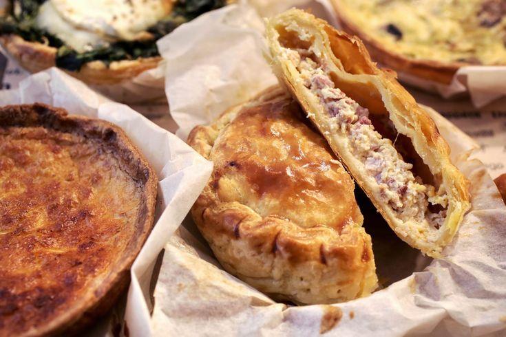 """Ένας έμπειρος σεφ έφτιαξε αλμυρές και γλυκές συνταγές από την Κορσική μέχρι τη Τζαμάικα για ένα μαγαζί που έχει σύνθημά του το """"bake the world a better place""""."""