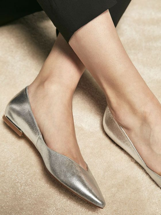 LAMINATED LEATHER BALLET FLATS de NEW IN - New In da Massimo Dutti de outono inverno 2017 por 59.95. Elegância natural!