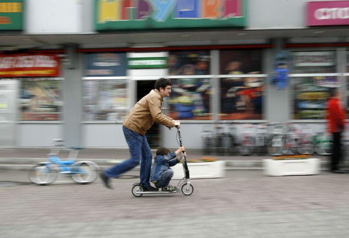 MEMBRANA испытала Xootr – самый дорогой самокат для взрослых. Podest jest tak duży w hulajnodze Xootr, że z przodu swobodnie zmieści stópki mały AktywnySmyk podczas gdy rodzic będzie służył za napęd ;-) http://www.aktywnysmyk.pl/167-hulajnogi-xootr