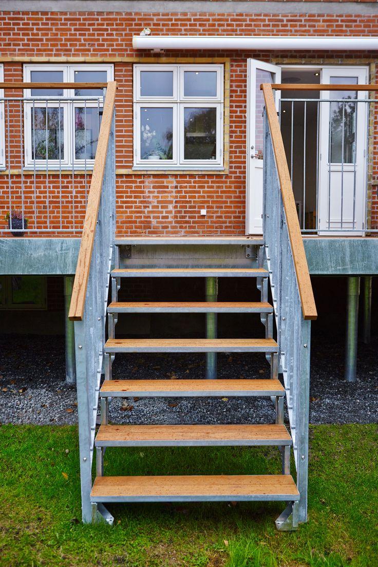 Dolle terrasse med to trapper og i super lækker Dolle kvalitet. Terrasse til huse med høj kælder eller skrående grund.