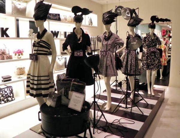 Vitrines: Manequins usando perucas de papel... Esta dica veio do blog da Whatever da nossa parceira Ariela. Achamos a idéia tão incrível e inovadora que não poderíamos deixar de espalhar. É o trabalho de verdadeiras esculturas de papel que este atelier americano produz para várias marcas. Entre elas perucas geniais usadas nos manequins. Na foto Manequins Expor Na Loja Kate Spade em NY. #fashion #criatividade #moda #inspiration #fashionlovers #perucasdepapel #expormanequins #katespade #ny