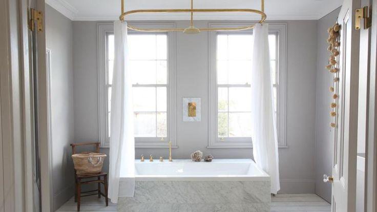 banheiro-sereno-e-bem-iluminado-com-banheira-house of grey