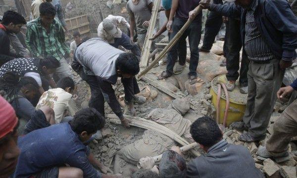 Al Menos 688 Muertos En El Terremoto De 7,9 Grados Que Sacudió Nepal