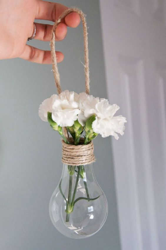 Recyclage des ampoules pour faire des vases, une idée simple et pourtant il fallait y penser! Pour une décoration de #Mariage sur le thème rustique et champêtre.. Décoration élégante pour votre mariage au Château de #Chambiers:                                                                                                                                                                                 Plus
