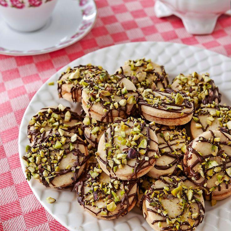 Goda kakor garnerade med choklad och pistaschnötter.