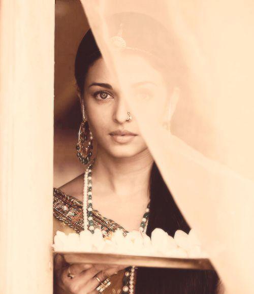 Aishwarya Rai in a scene from Jodhaa Akbar I LOVE THIS MOVIE!!!!