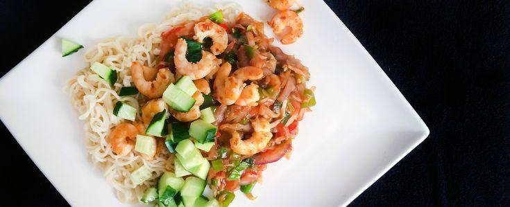 Noedels met garnalen, pittige Thaise groentenmix, komkommer, cassavekroepoek en Shanghai sweet & sou...