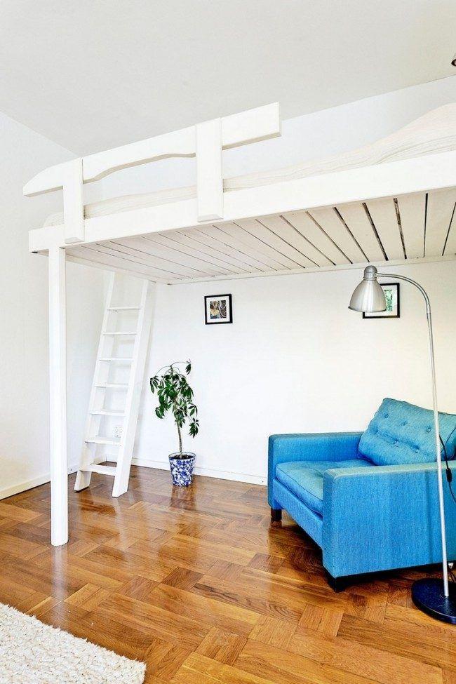 weiß lackiertes Hochbett mit Leiter