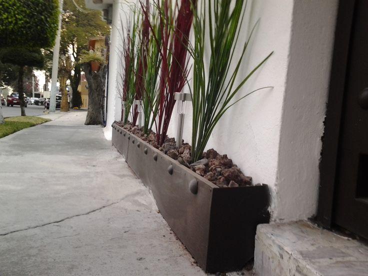 Jardinera que da acento colorido a una fachada - Jardineras rusticas exteriores ...