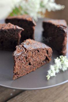 Nefis bir çikolatalı kek. Soğuk havalarda kahve ya da çayın yanında keyifle tüketmeniz için. Tarif Nigella Lawson'un. Kendisi dört çikolatalı kek dese de bu tarif için ben yerken adeta çikolatalı truffle yiyormuşum hissi uyandıran bu kek