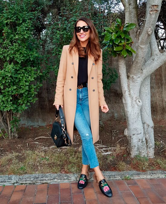 Tras la pista de Paula Echevarría » UN BÁSICO DE INVIERNO. Black sweater+cropped jeans+black floral print fur slides+camel coat+black handbag+sunglasses+black logo belt. Winter Casual Outfit 2018