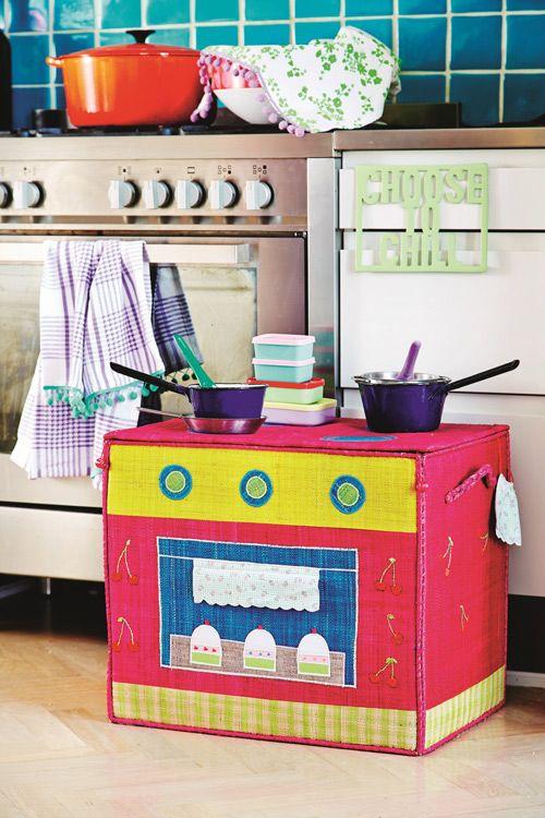 Caja de rafia para jugar a cocinitas y guardar cómodamente dentro todos los utensilios. Decorativa y práctica a la vez.