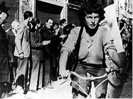 Grazie Olema Righi. Ti sei spenta il 5 marzo 2013 a Carpi, in provincia di Modena. Staffetta partigiana, per molti emiliani rappresenti il simbolo stesso della Resistenza, insieme a tante altre compagne come Ibes Pioli o Tina Anselmi. E Verrai ricordata come la partigiana in bicicletta, con il fucile in spalla e la bandiera tricolore libera sullo sfondo.